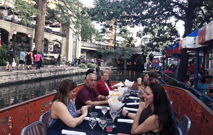 Dinner Cruise(川を渡りながらの船上ディナー)